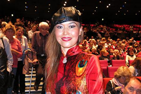 2019年5月10日,法國華人中醫診所老闆文女士在巴黎國際會議中心(Palais des Congres de Paris)觀看了美國紐約神韻藝術團的演出。(關宇寧/大紀元)