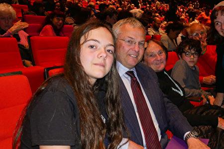 5月10日晚,法國國防部高官Eric Padieu(左二)和家人一同在巴黎國際會議中心觀看神韻紐約藝術團的演出。(張妮/大紀元)
