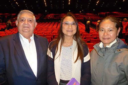 5月10日,投資基金總裁Gerard Pluvinet帶著妻子和親友觀看了神韻在巴黎的演出。(亦凡/大紀元)