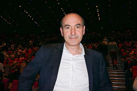 2019年5月10日,跨國公司人力資源部經理Joseph Benaaron在巴黎國際會議中心(Palais des Congres de Paris)觀看了美國紐約神韻藝術團的演出。(金湖/大紀元)