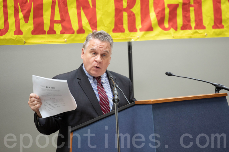 圖為5月9日,Chris Smith議員在越南人權日論壇發言。(林樂予/大紀元)