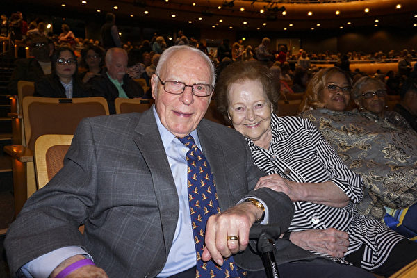 5月11日下午,孟菲斯地產大亨、貝爾茲企業董事長兼首席執行官Jack Belz先生和夫人Marilyn Belz一同觀看了神韻巡迴藝術團在孟菲斯的精彩演出。(林南宇/大紀元)