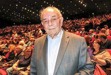 5月12日晚,法國陸軍將軍Max Berthier在巴黎國際會議中心觀賞神韻紐約藝術團的演出。(關宇寧/大紀元)