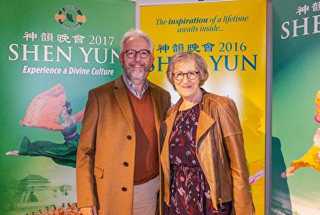 Martine Kagane女士和丈夫Guy Kagane一起觀看了神韻紐約藝術團在巴黎國際會議中心的演出。(關宇寧/大紀元)