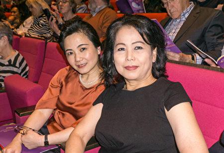華人金店鄭老闆觀看了神韻紐約藝術團5月12日下午在巴黎國際會議中心的演出。(金湖/大紀元)