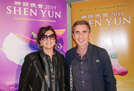 5月12日晚,Francoise Lax女士和丈夫Angello Lax在巴黎國際會議中心觀看了神韻演出。(張妮/大紀元)