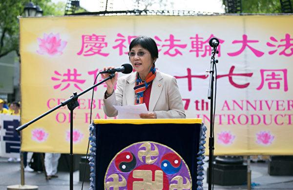 台灣大學新聞研究所教授張錦華在集會上發言。(李莎/大紀元)