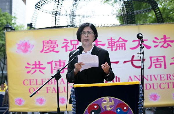 2019年5月16日,來自全世界的近萬名法輪功學員在美國紐約聯合國對面的哈瑪紹公園舉行盛大集會,台灣人權律師、台灣法輪功人權律師團發言人朱婉琪在集會上發言。(李莎/大紀元)