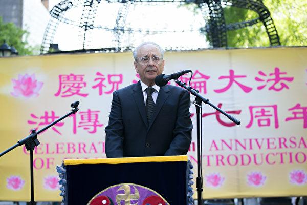 「法輪功之友」主席艾倫·阿德勒(Alan Adler)在集會上發言。(李莎/大紀元)
