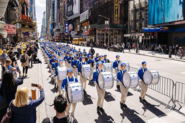 5月16日,來自歐洲、亞洲、南美洲、北美洲、非洲、大洋洲六大洲的部份法輪功修煉者,聚集在紐約曼哈頓,遊行慶祝法輪大法洪傳27周年。(愛德華/大紀元)