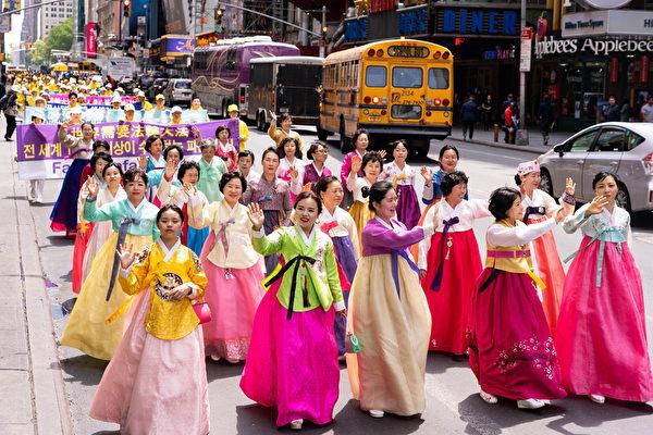 月16日,來自歐洲、亞洲、南美洲、北美洲、非洲、大洋洲六大洲的部份法輪功修煉者,聚集在紐約曼哈頓,遊行慶祝法輪大法洪傳27周年。(戴兵/大紀元)