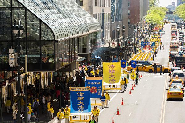 2019年5月16日,纽约部分法轮功学员在曼哈顿中城举行盛大游行,庆祝世界法轮大法日。(艾文/大纪元)