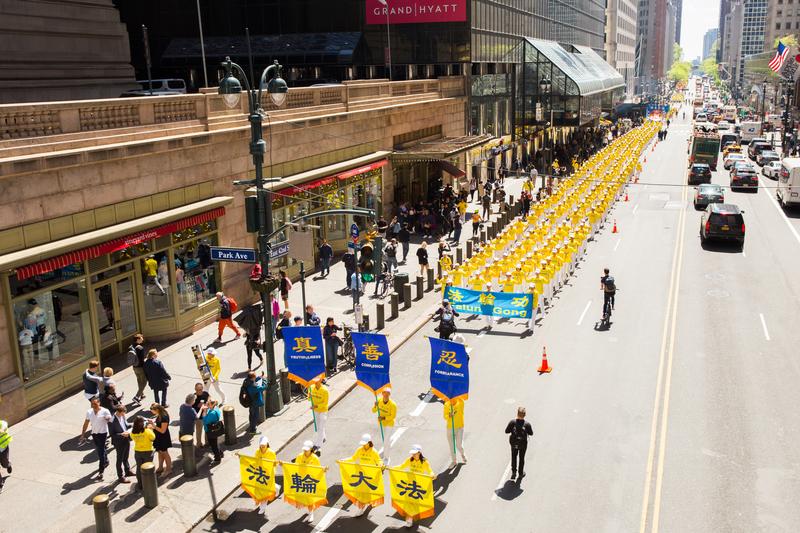 2019年5月16日,來自歐洲、亞洲、南美洲、北美洲、非洲、大洋洲六大洲的近萬法輪功修煉者在曼哈頓中城舉行盛大遊行,慶祝世界法輪大法日。(艾文/大紀元)