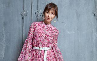 天心拍摄杂志封面 粉色洋装展现柔美风韵