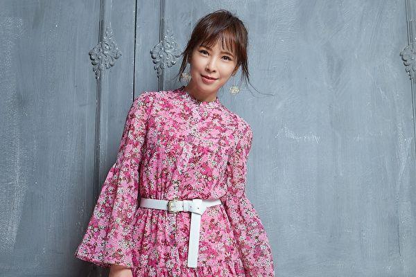 天心拍攝雜誌封面 粉色洋裝展現柔美風韻