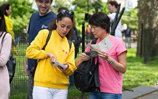 5月18日,来自全世界的部分法轮功学员在纽约曼哈顿的炮台公园炼功,学员也为民众讲述法轮功的真相。(张静怡/大纪元)