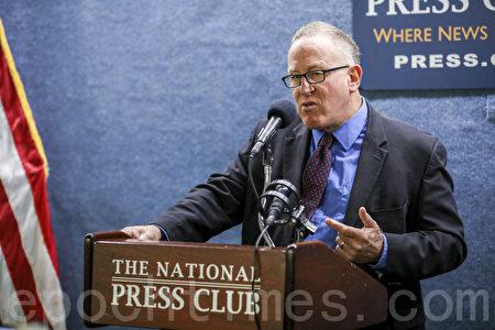 作家特雷弗‧勞登(Trevor Loudon)說,包括美國共產黨在內的四個極左團體,一直滲透並試圖接管全美各地民主黨。(Samira Bouaou/大紀元)