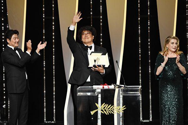 第72届坎城(陆译:戛纳)影展颁奖典礼上,电影《寄生上流》(又译:寄生虫)获得金棕榈奖。韩国导演奉俊昊(中)与男主角宋康昊(左)一同上台领奖。