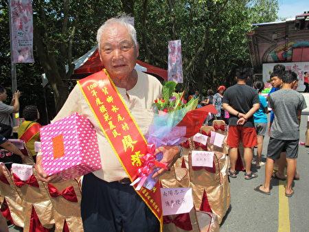 82岁的老农民荣获模范农民表扬。