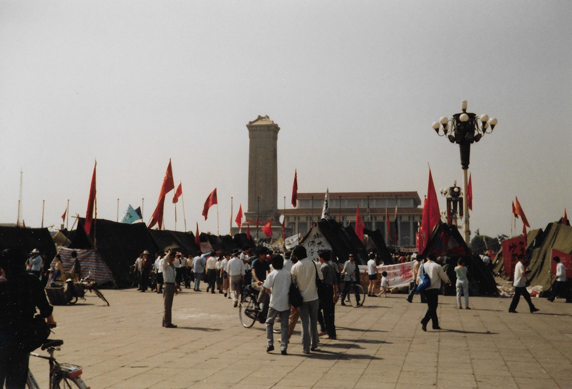 1989年6月3日早晨。天安門廣場紀念碑下,仍有人在絕食。(王珍提供)