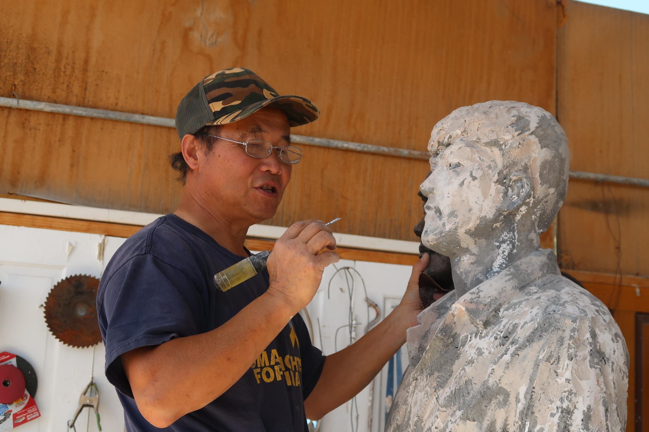 六四雕塑家陳維明為「坦克人」雕塑進行打磨。(徐繡惠/大紀元)