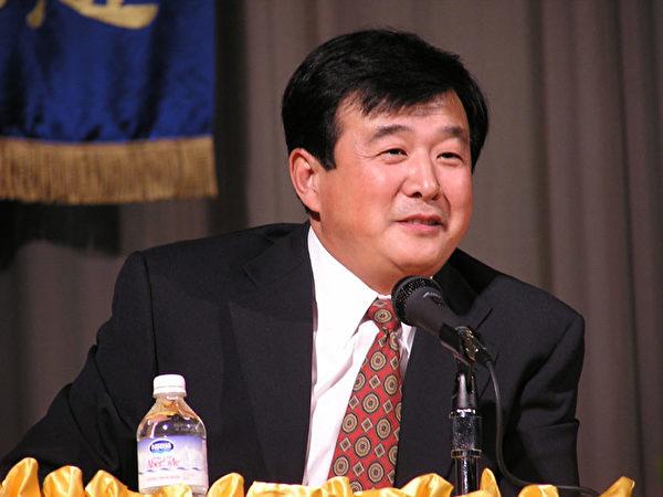 2003年11月29日,李洪志大師蒞臨美東南法輪大法修煉心得交流會,為弟子們講法解法。(明慧網)