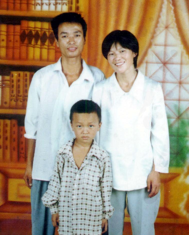 陳建寧與妻兒。(明慧網)