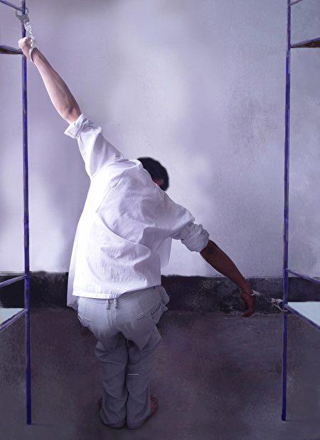 中共酷刑折磨示意圖:抻刑,將受刑者的手一高一低分銬在兩張床上,再用力抻開兩床,使其兩個胳膊被抻至極限。(明慧網)