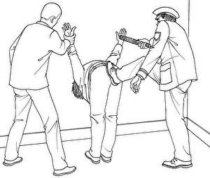 """第一次被非法拘捕时,李振军在受审讯时遭受了""""喷气式""""酷刑,以这种姿势待了半个多小时后,一名警察将李踢到地板上,继续殴打他。(明慧网)"""
