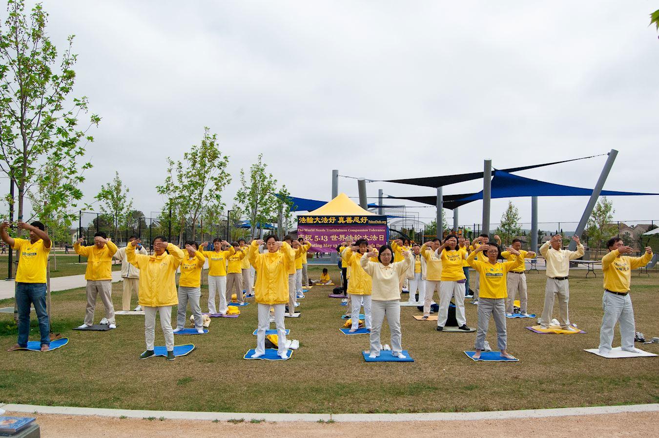 法輪功學員在Mira Mesa社區公園裏集體煉功。(明慧網)