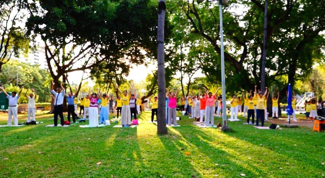 泰國法輪功學員在曼谷侖皮尼公園集體煉功。(明慧網)