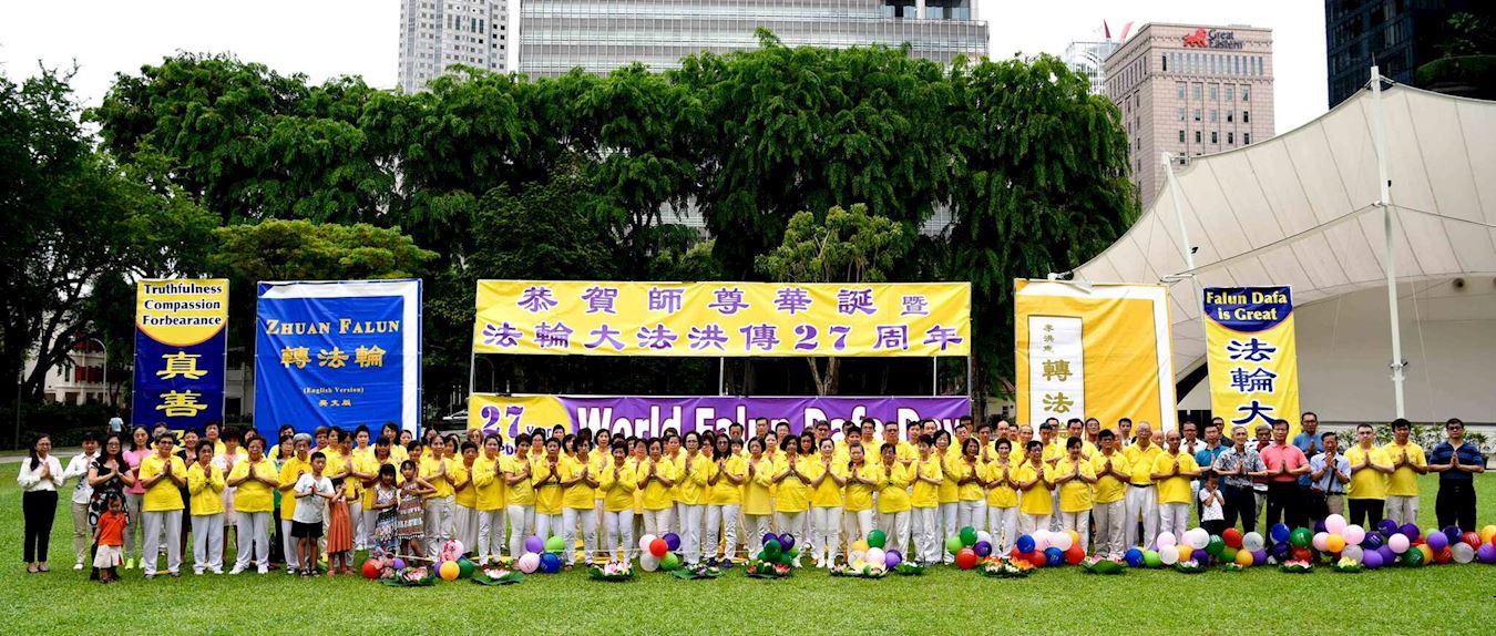法輪功學員們雙手合十,恭祝李洪志師尊68歲華誕。(明慧網)
