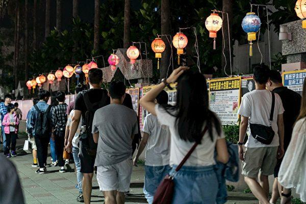 5月11日華燈初上,法輪功學員們在瑞豐夜市張燈結綵,擺好「真相長城」,讓過往行人了解真相。(明慧網)