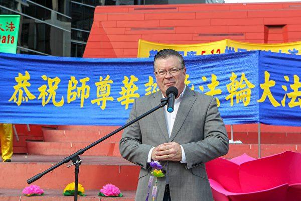 鞭伯尼﹒菲恩(Bernie Finn MP)先生在慶典上發言。(明慧網)