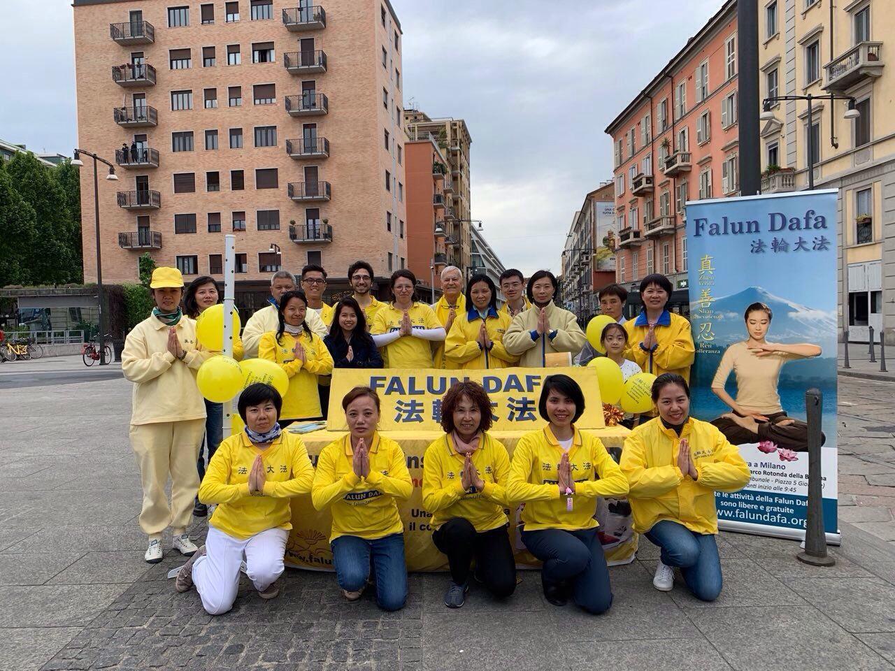米蘭法輪功學員慶祝世界法輪大法日,感謝師恩。(明慧網)