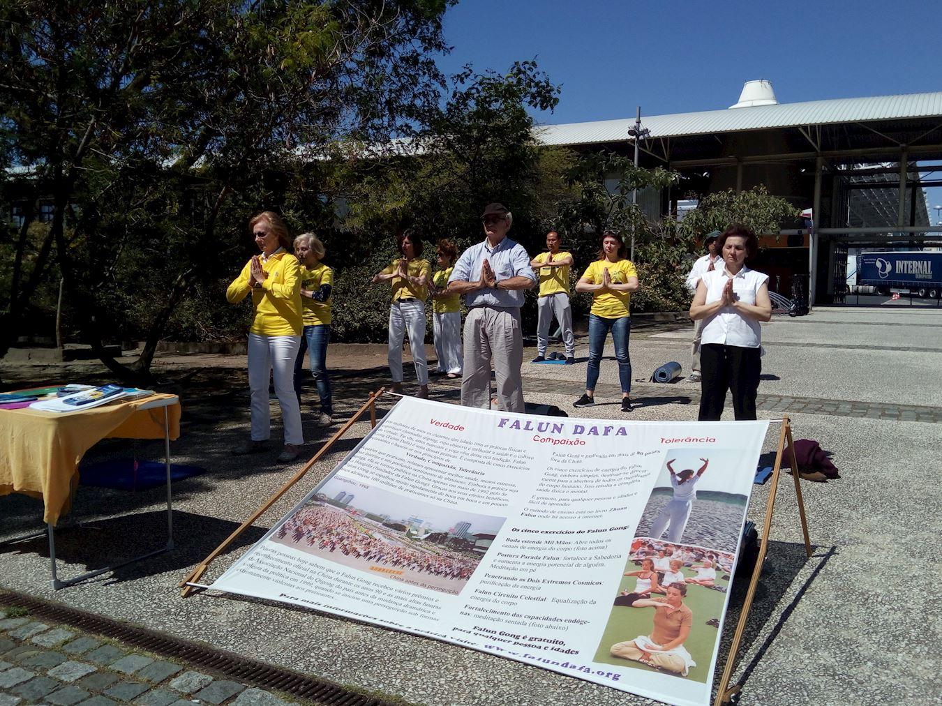 部份葡萄牙法輪功學員在首都里斯本煉功點和世博會公園裏煉功。(明慧網)