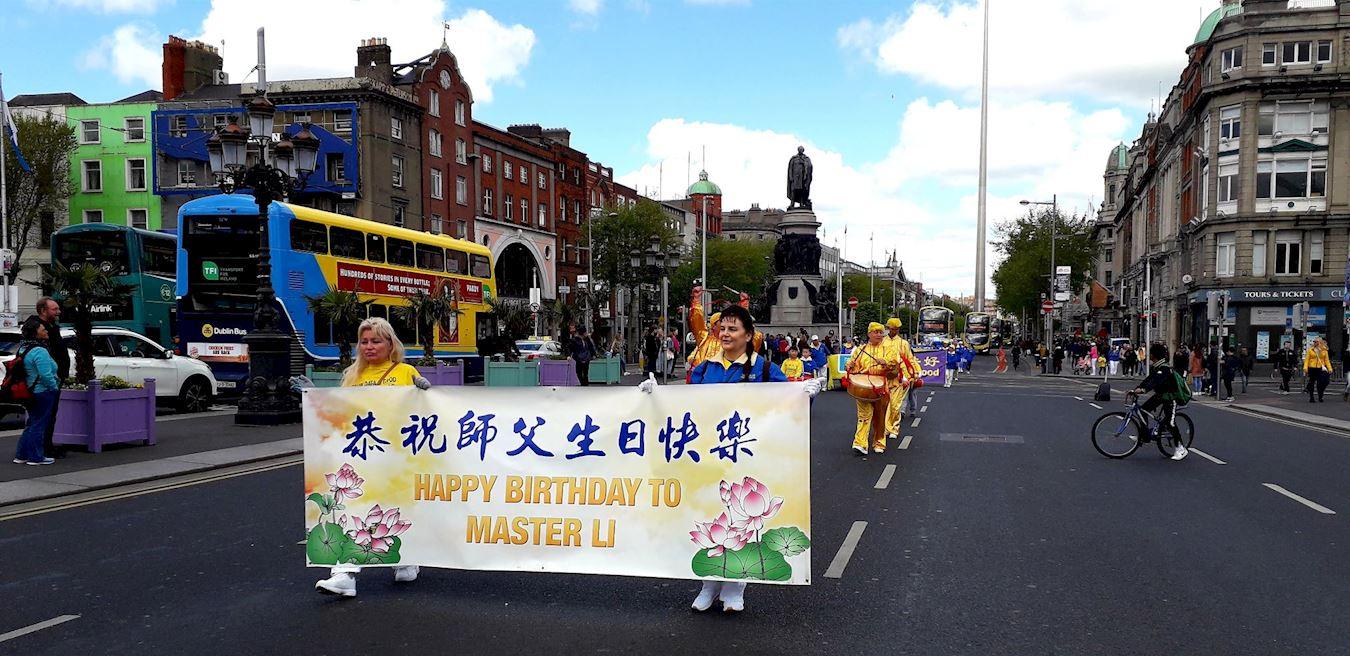 法輪功學員舉行遊行慶祝活動。(明慧網)