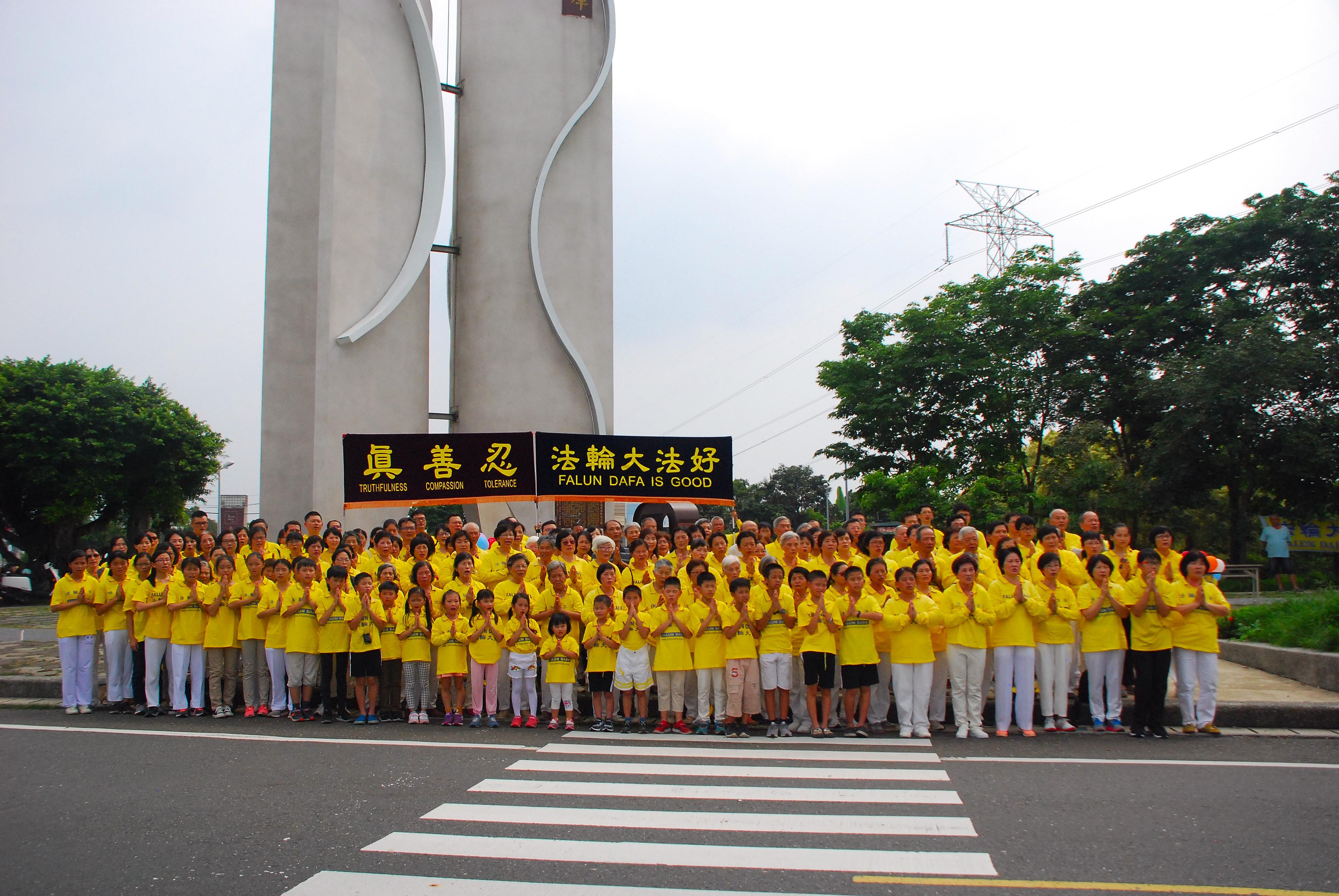 台灣嘉義地區法輪功學員在仁義潭合照向師父祝壽。(明慧網)