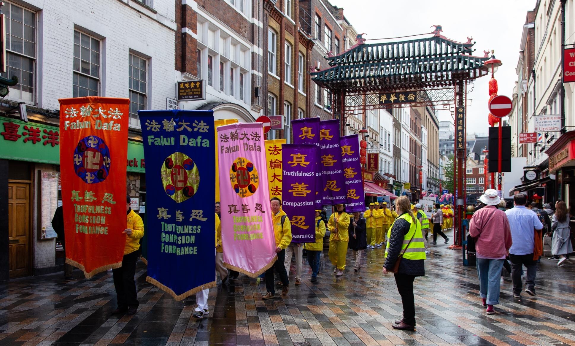 法輪功學員在倫敦市中心舉行大遊行。(明慧網)