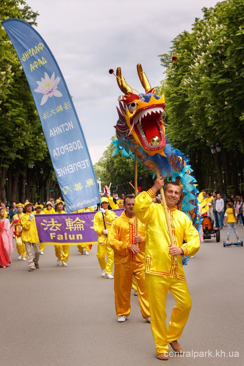 主辦方在文化公園主網頁刊載法輪功學員的舞龍表演。(明慧網)