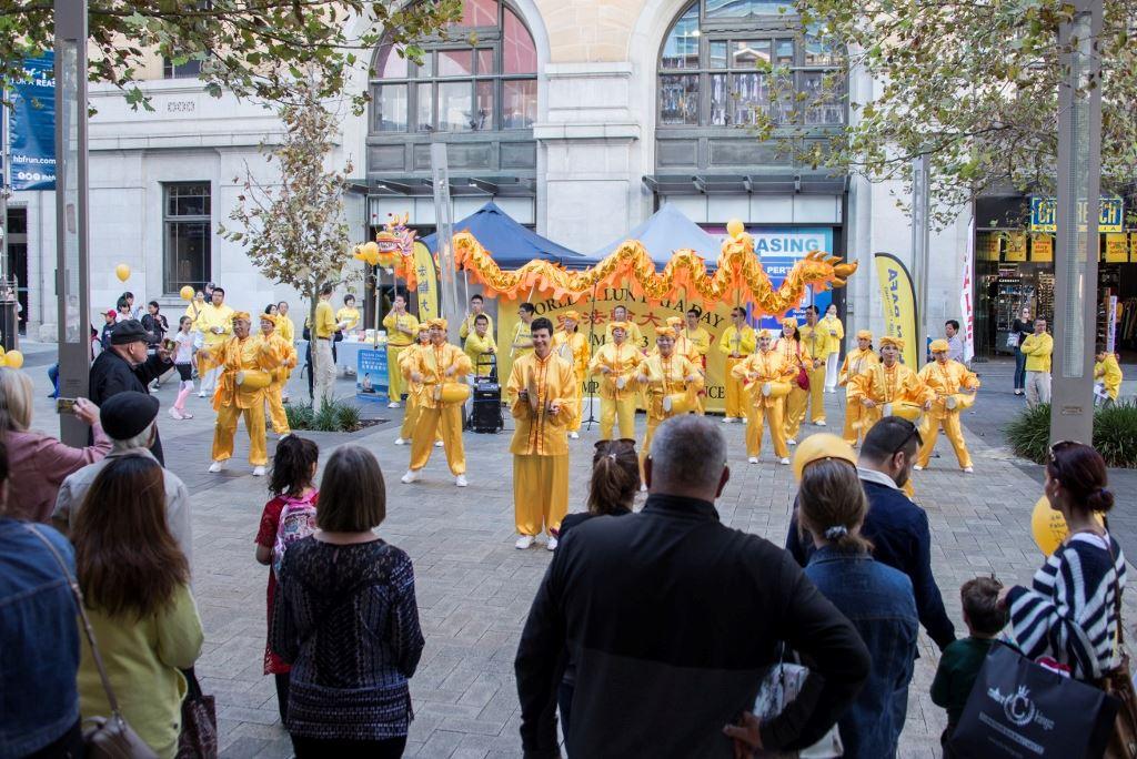 法輪功學員的腰鼓隊和舞龍的表演,受到了當地民眾的熱烈歡迎。(明慧網)
