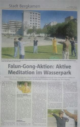 德國百年日報《光明之路日報》報道法輪功在水公園裏煉功的活動。(大紀元)