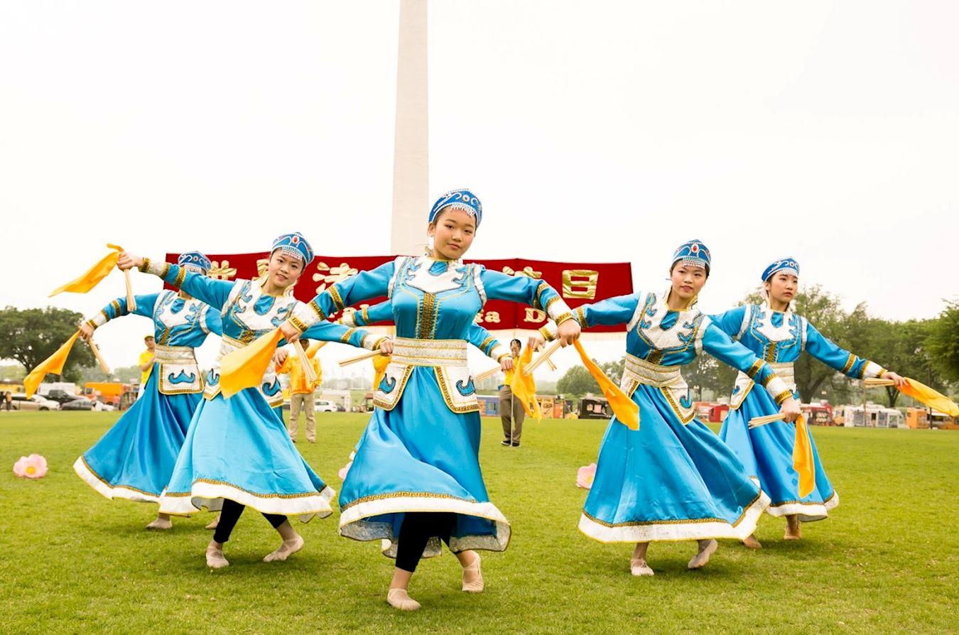 在慶祝活動中,明慧學校的法輪功小學員表演蒙古舞。(明慧網)