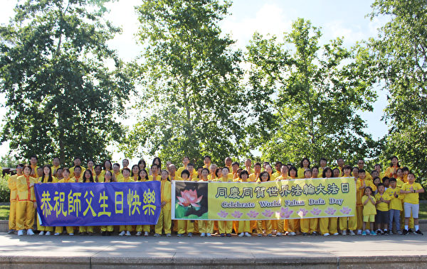 侯斯頓法輪功學員恭祝李洪志師父生日快樂。(明慧網)