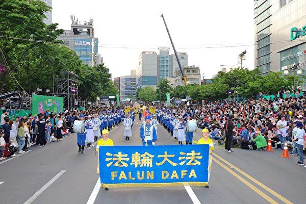 南韓法輪功學員參加「2019colorful大邱慶典」遊行。(金國煥提供)