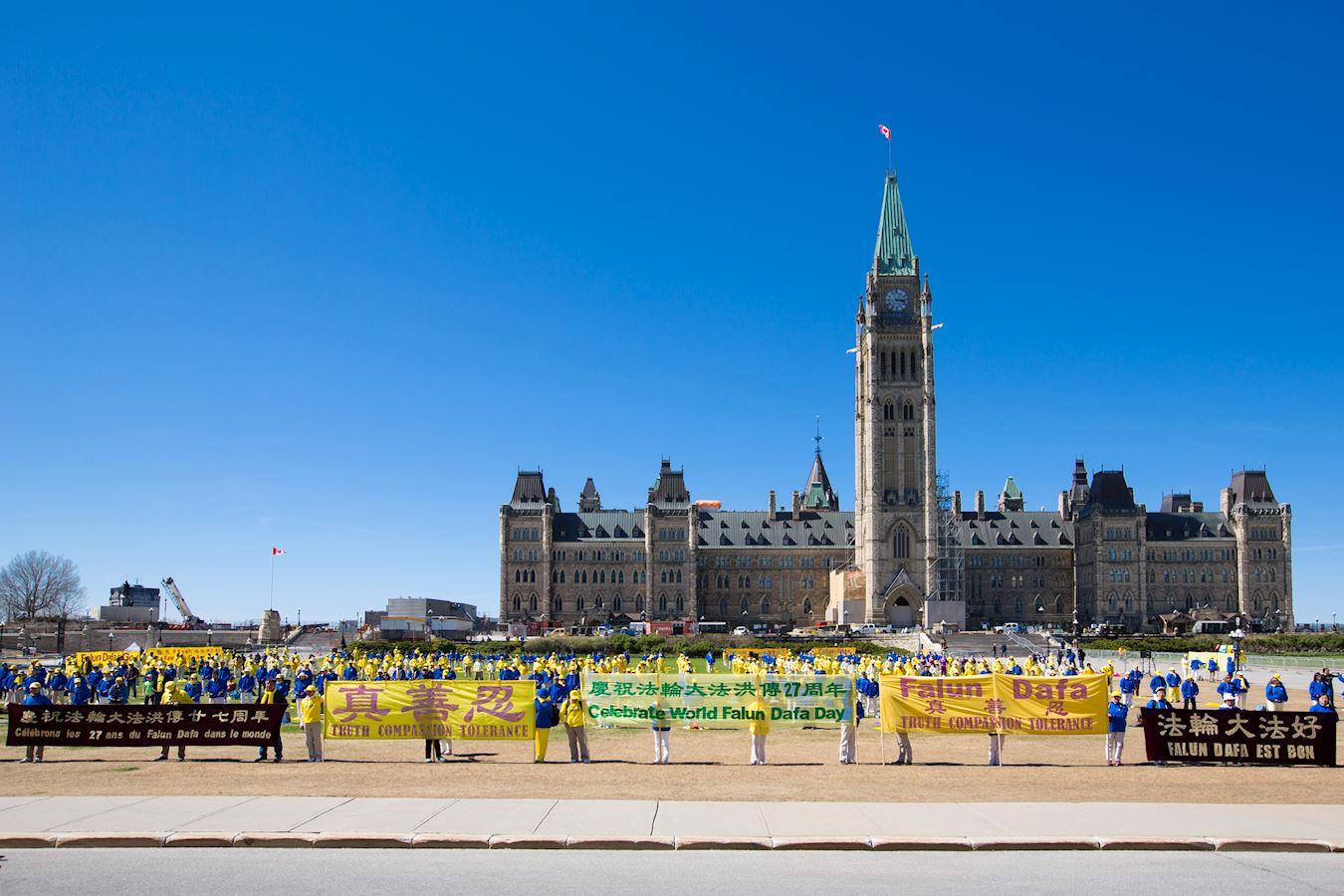 加拿大東部法輪功學員匯聚在首都渥太華國會山前舉行慶祝活動。(明慧網)