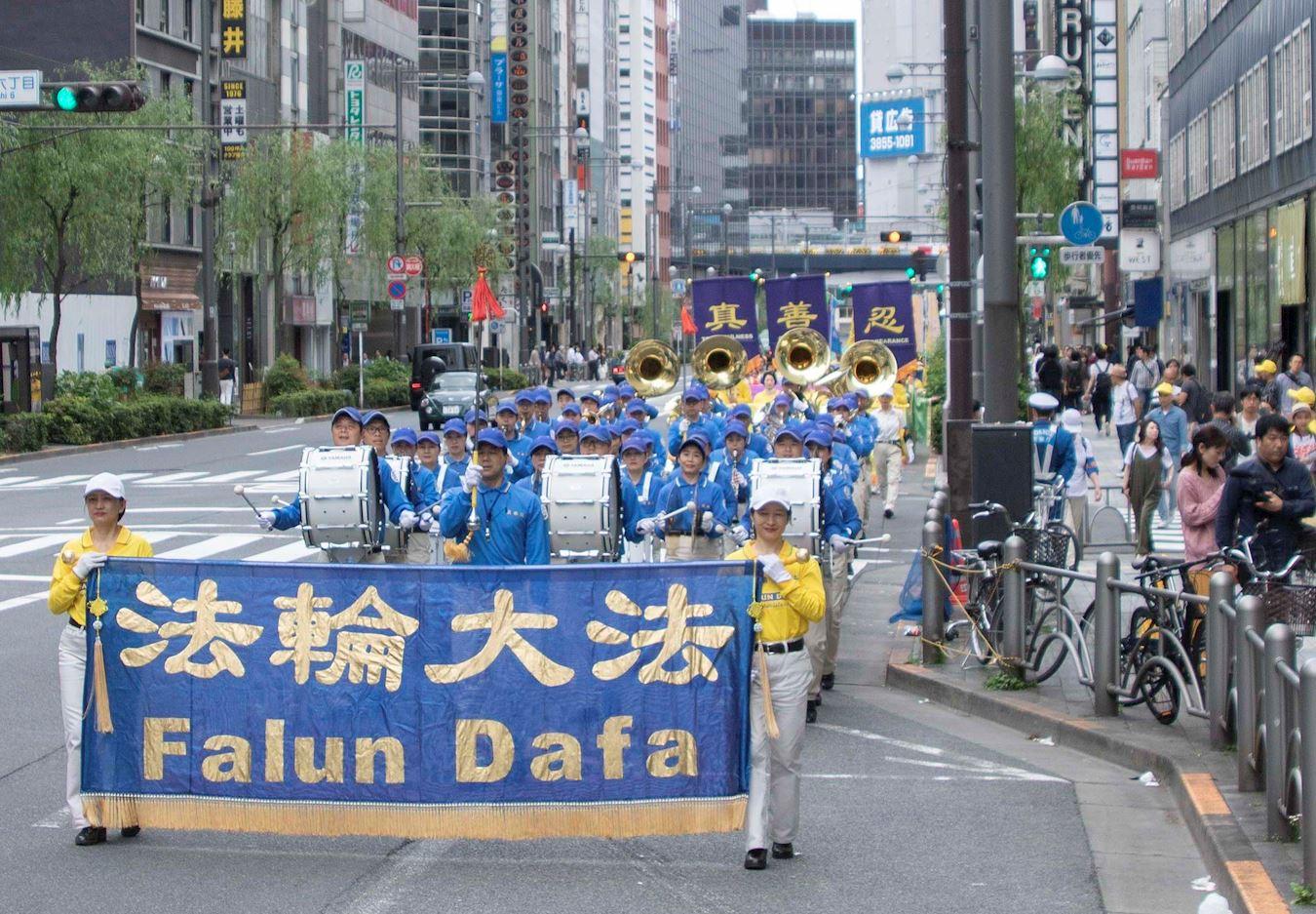 法輪功學員在東京舉行遊行慶祝活動。(明慧網)