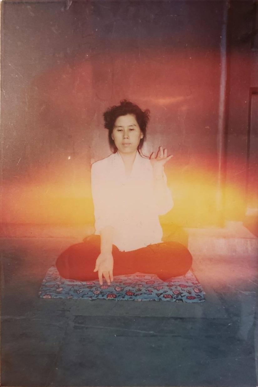 早年朱萍修煉法輪功打坐時拍下的照片,煉功時被能量場罩著,一片輝光。(朱萍提供)