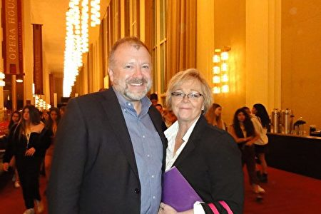 4月17日晚,美國安全政策中心政府關係副總裁Michael Waller和太太Alison Blair於甘迺迪藝術中心歌劇院觀看神韻。(蘇菲/大紀元)