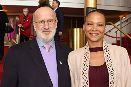 美國導彈防禦局主管Dale Delaporte先生攜侄女Angela一起在4月20日周六下午來到甘迺迪藝術中心觀看神韻北美藝術團的演出。 (蕭恩/大紀元)